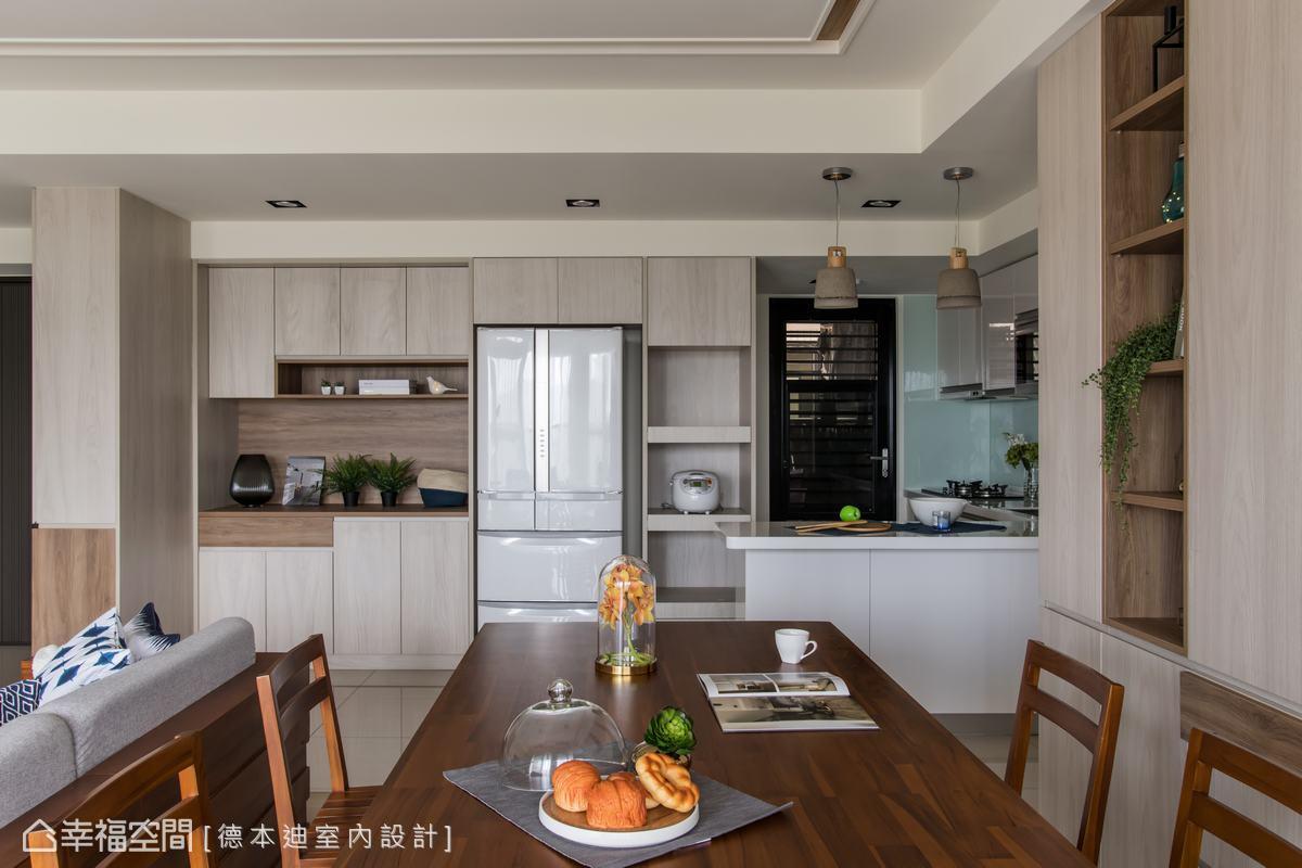 以大量的系統櫃收納廚具和相關電器,並延續木質和淺色材質的運用,保持空間的寬敞與舒適。