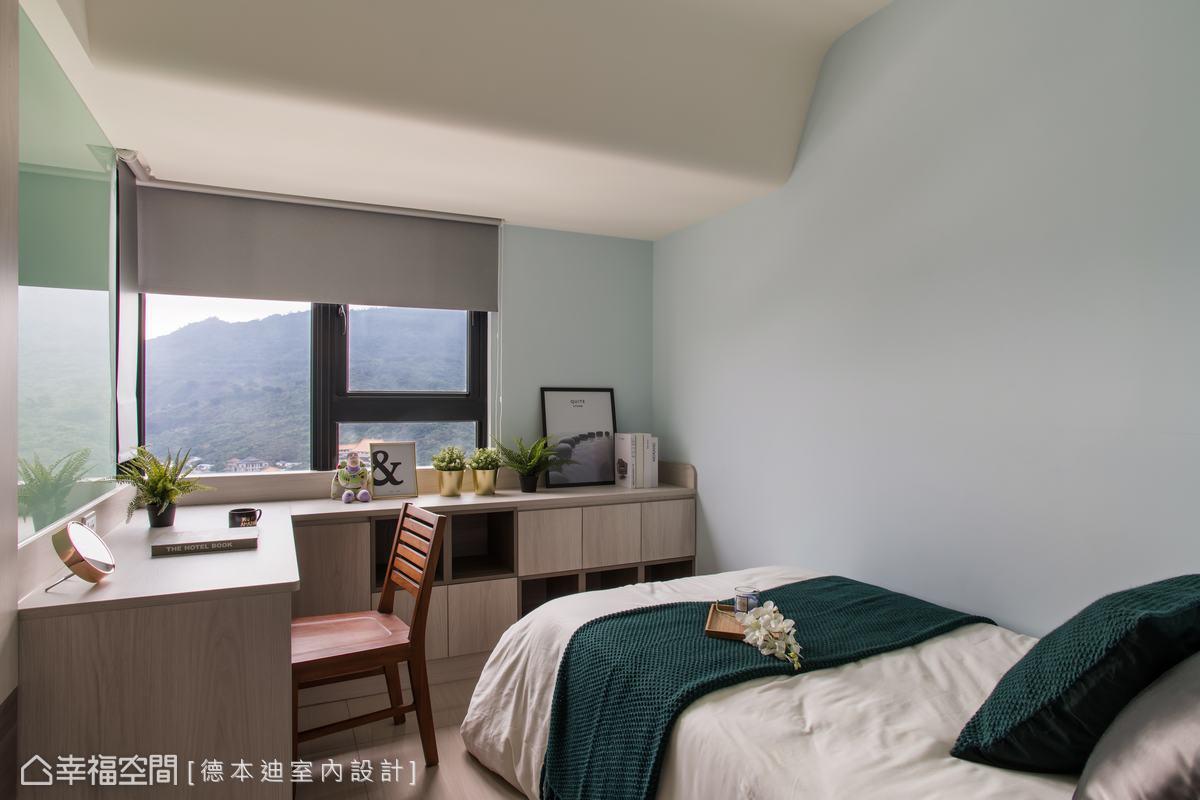 以弧型收邊柔和天花的線條,並巧妙避開床舖,解決大樑對房間造成的壓迫感。