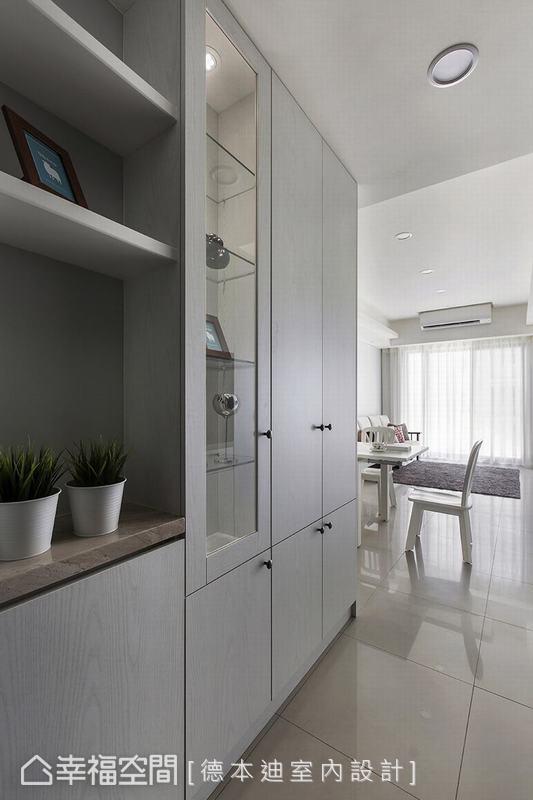 因屋主收藏品眾多,宋雯鈴設計師以層架與玻璃層櫃打造收納展示俱全的實用櫃體,創造收納機能。