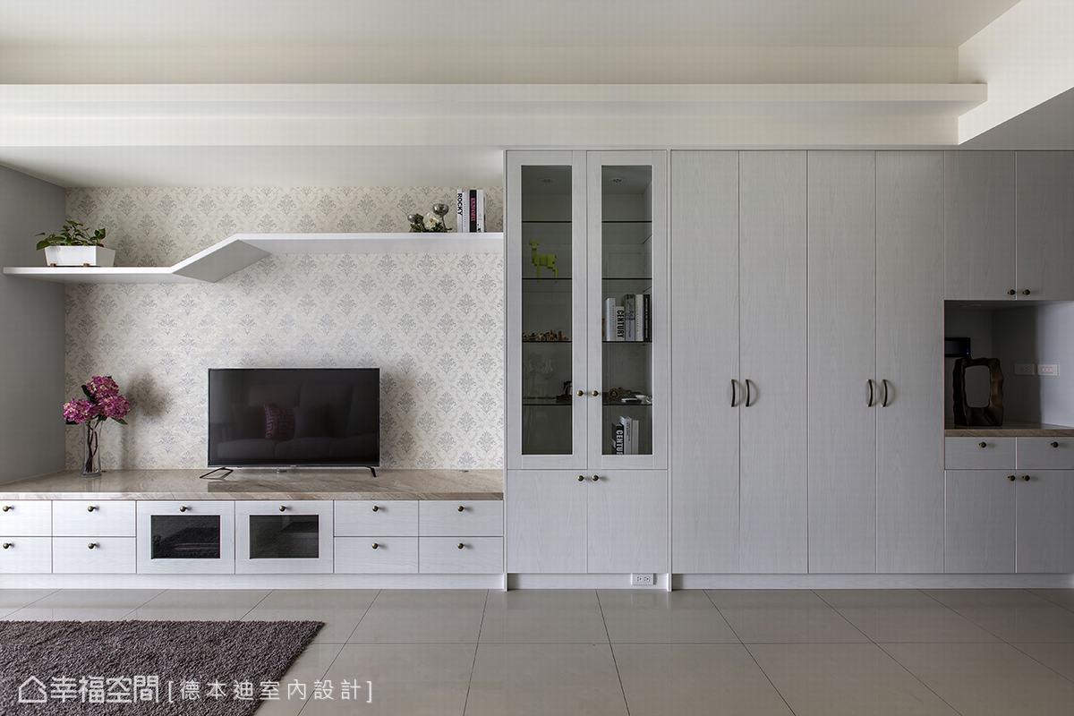 以圖騰花樣搭飾的電視牆,再輔以造型層架,除了滿足屋主的收納需求,層架線條表也為空間製造活潑的變化。