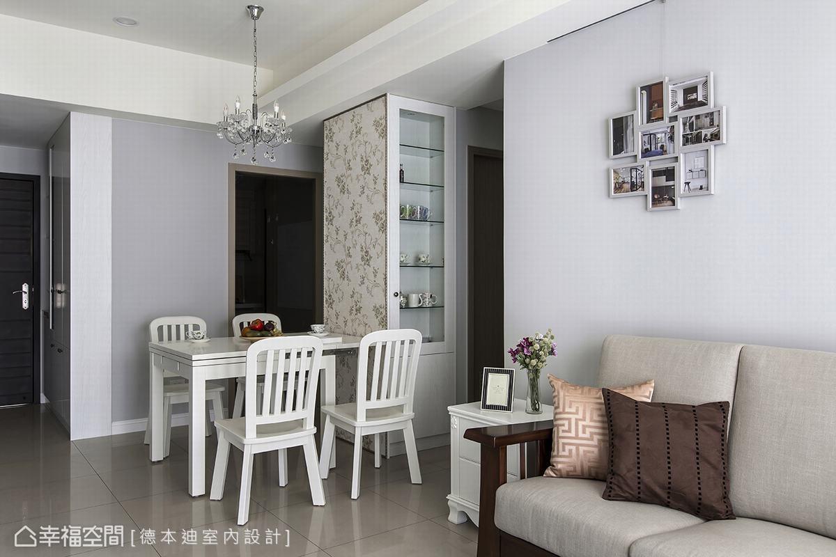 客廳以階梯式造型搭配間接照明,巧妙化解大樑在沙發背牆及電視牆造成的壓迫感。並運用白色踢腳板, 完整呈現美式鄉村風格的特色。