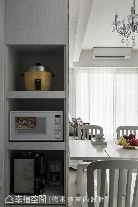 由於屋主不欣賞建商最初所設置的電器櫃位置,設計師便將原本電器櫃挪移至餐桌旁,創造更為靈活的使用動線。