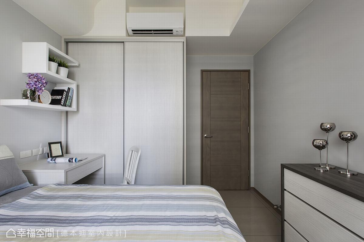 設計師以灰藍色調呼應公共空間,營造沈穩低調的場域。並於床尾增設五斗櫃強化收納機能。