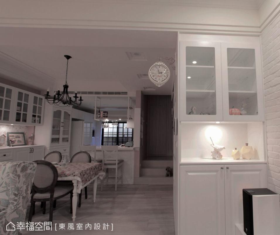 玄關區以純白展示櫃體搭配歐式掛鐘,充滿歐式風情的玄關,彷彿走進英國鄉村的溫暖家居。