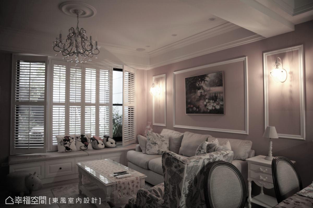 客廳以大面積的白色百葉引入天光,也為整體鄉村風格點題,搭配線板、風格櫃體及家具,營造迷人的空間魅力。