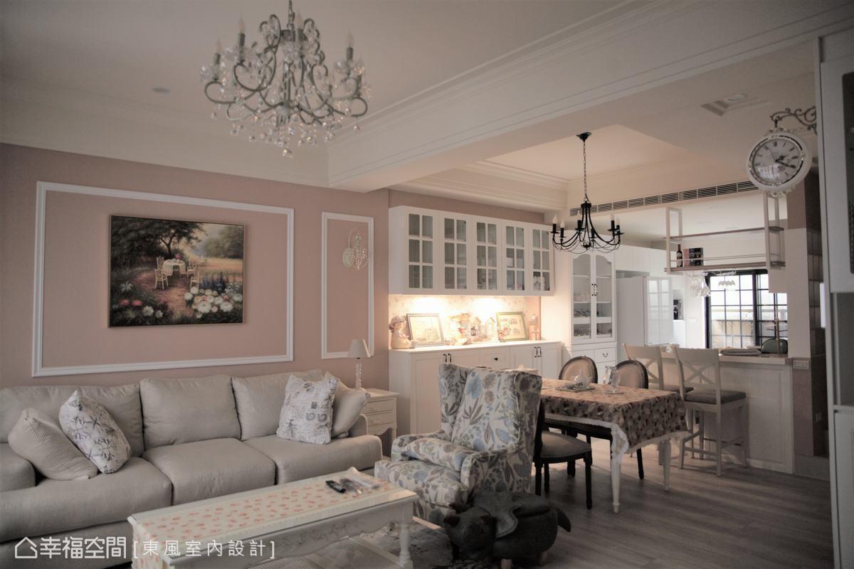 一樓餐廚空間以輕食吧檯取代實牆區分場域,也維持的公領域的開放通透,讓前後明亮採光能在整個空間中流暢,也放大整體空間視感。