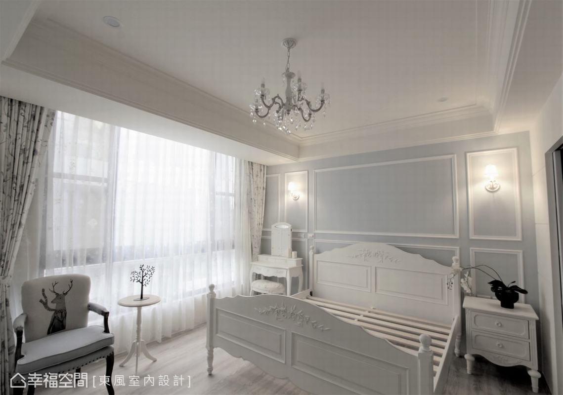 主臥室以大量的留白搭配柔美淺藍色床頭主牆,巧妙呼應公領域,又創造出減壓的舒眠空間。