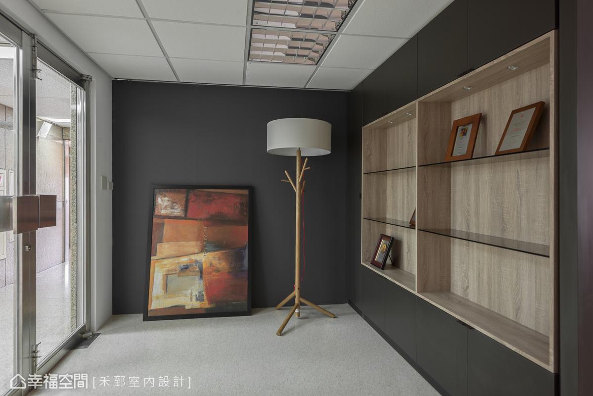 石墨黑色襯托出梧桐木的氣質,延展出屬於此空間的人文藝術感。