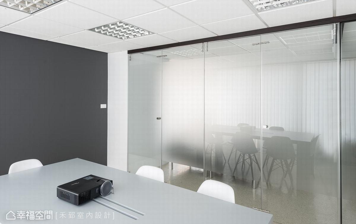 玻璃折門運用卡典西德保護內外隱私,也形塑明亮自由的場域關係。