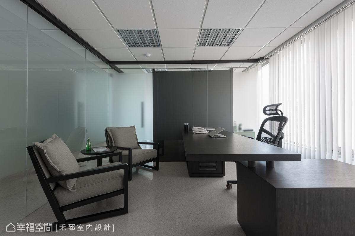 接待訪客及重要客戶的舒適沙發,營造出自在輕鬆的交談氛圍。