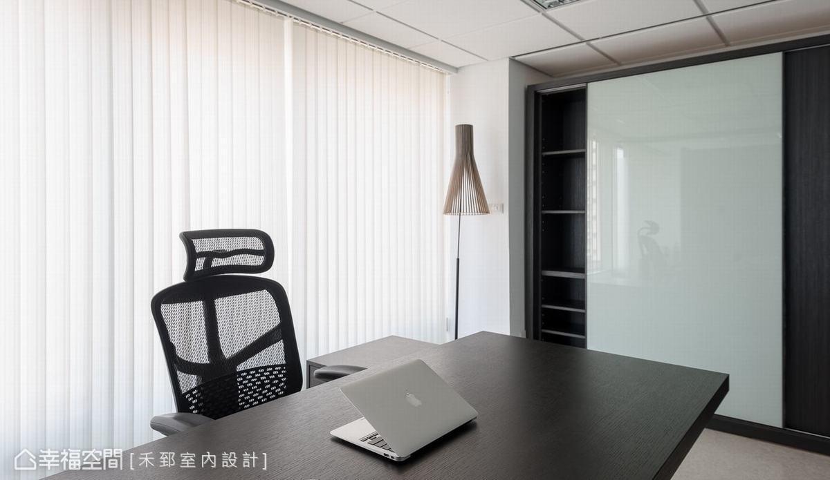 浮雕黑梣櫃體提供空間所需的收納機能,並使用大面白板作為門片,加強提案與記事的實用性。