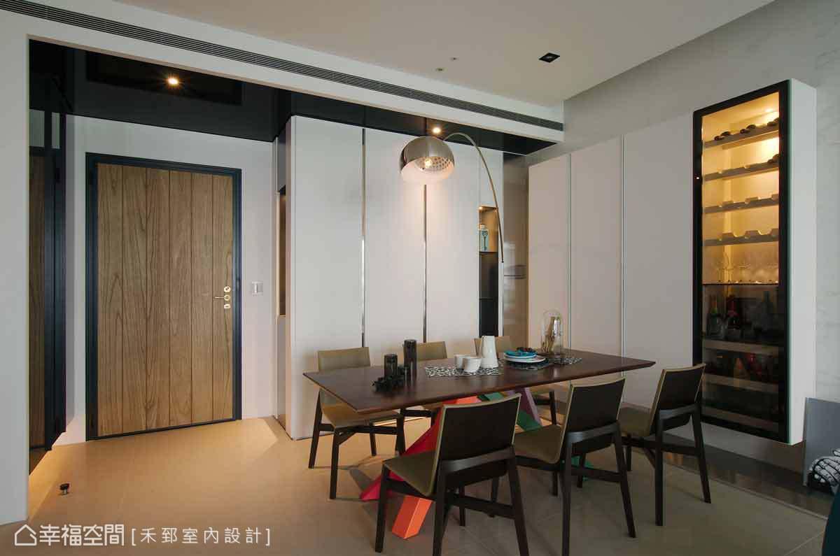 推開溫潤的木皮大門,設計師陳弘芫特別壓低入門的高度,並採用黑鏡形塑空間的層次感,讓進入公領域的視野更加開闊。