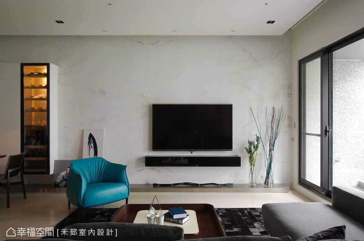 設計師陳弘芫演繹屋主對於美感的喜好,以澳洲白大理石為底,刻劃出乾淨的線、面表現。
