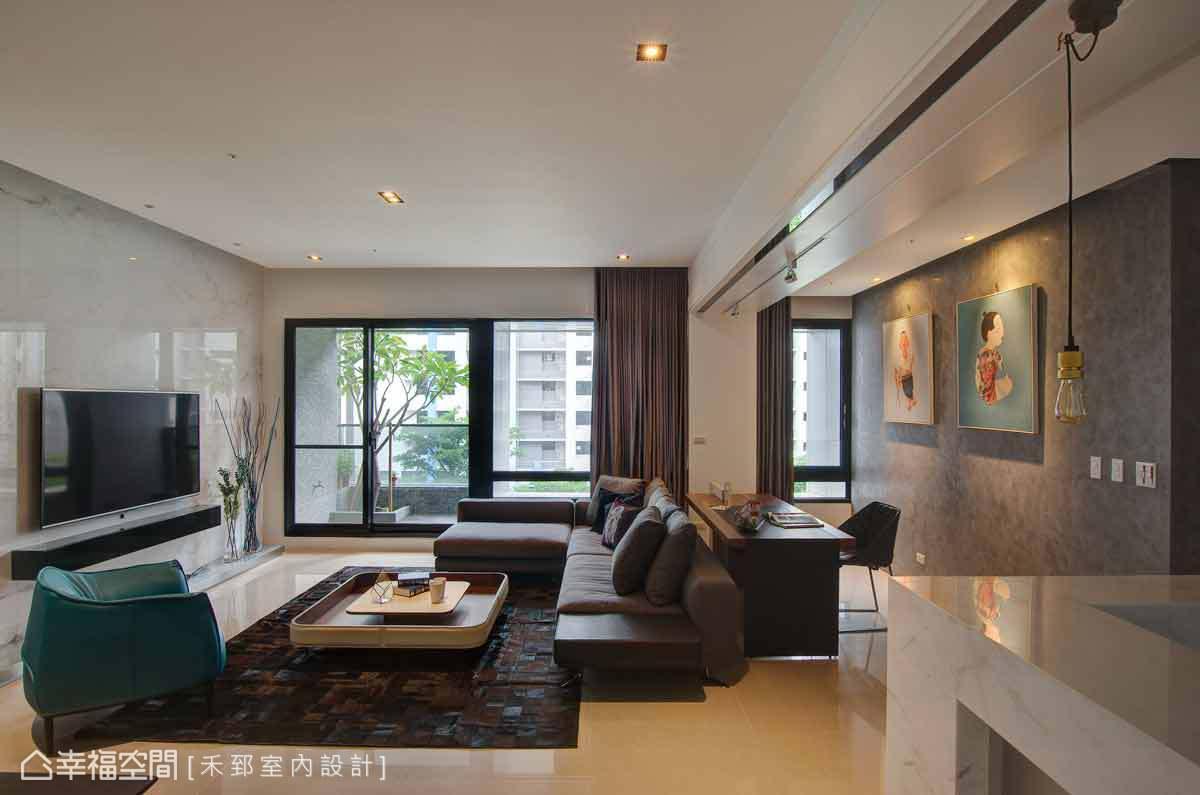 禾郅設計延伸公共空間的尺度,連結客廳與書房的視覺軸線,讓自然光線與家的芬芳在場域流通。