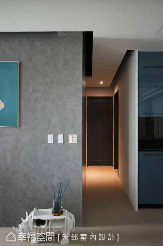 禾郅設計透過天花留縫的手法,讓牆面量體有退縮的輕盈效果,也讓視覺增添層次之美。