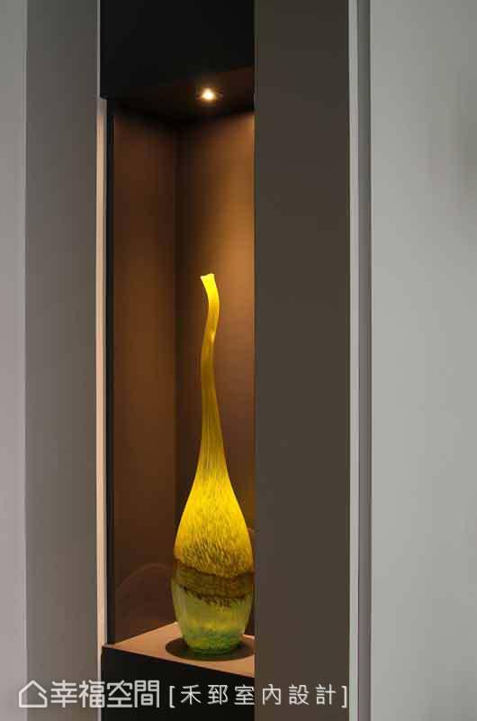入門後的玄關處,置放一件裝置藝品,只要打上燈光,讓家中也是美術館。