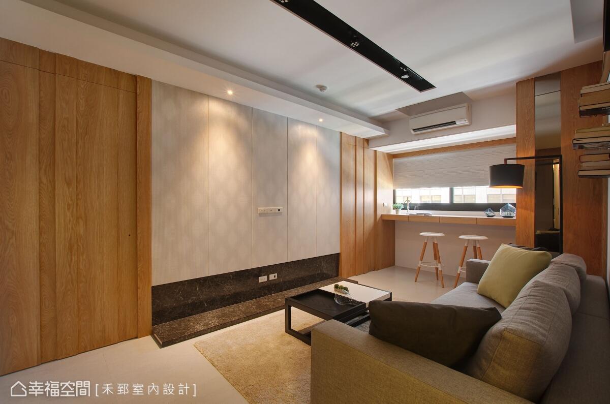 電視牆左右側以白橡木鋪述溫潤質感,用線條及溝縫作為立面造型,同時也是通往主臥及小孩房的雙向動線。