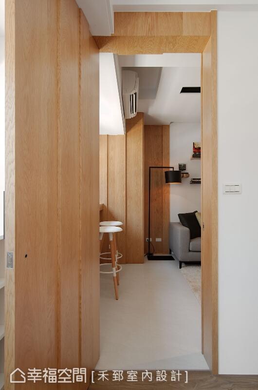 白橡木的隱藏門及門框,是通往臥房空間的視覺驚喜,並將簡練的線條與流暢感納於其中。