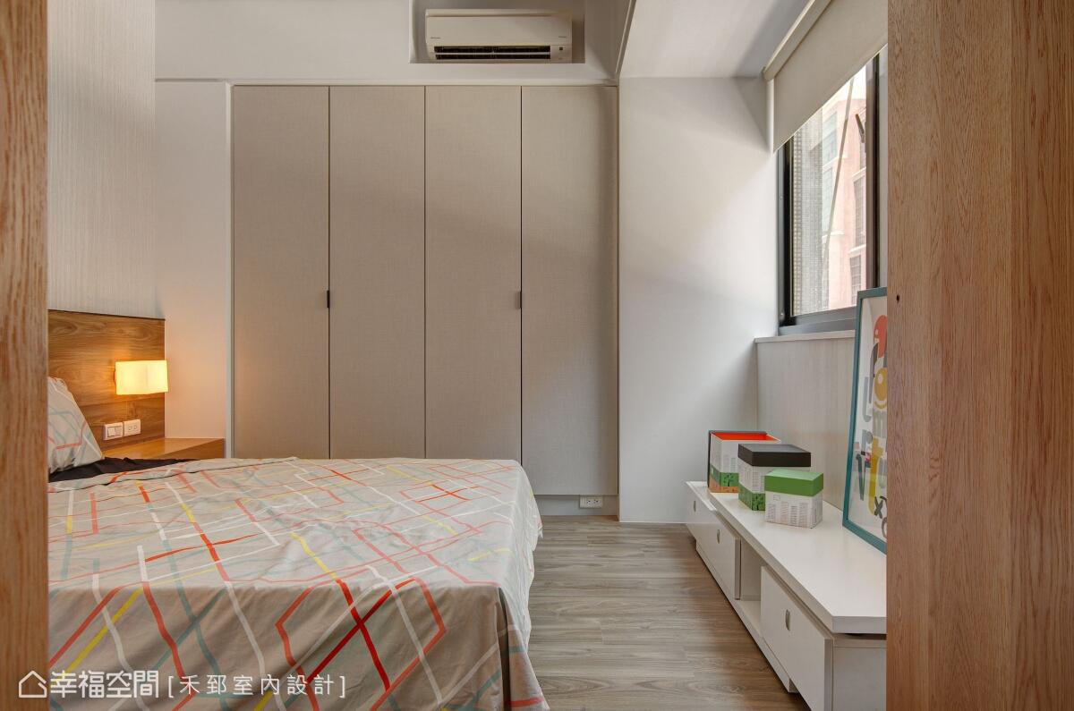 禾郅設計在臥房區鋪設楡木地板,運用溫潤自然的素材,締造簡潔又溫馨的睡眠氛圍。