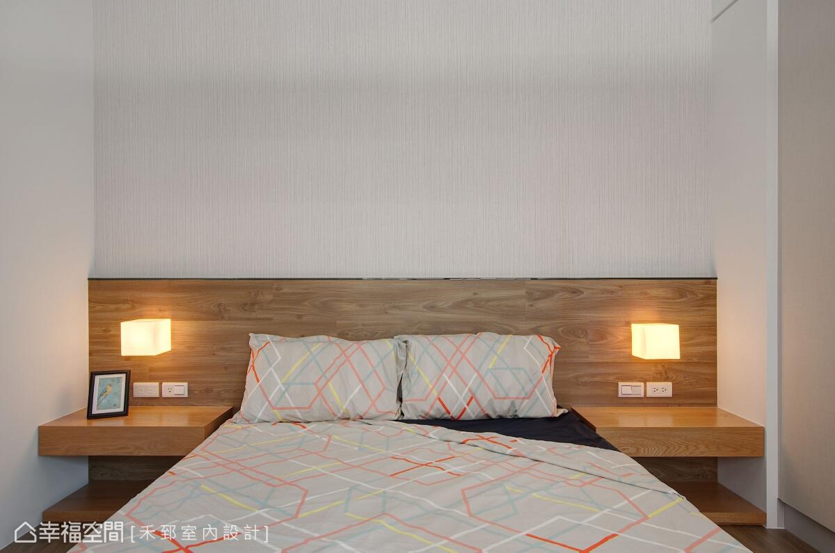 主臥空間使用木質地坪與床頭板,自然散發的撲鼻芬芳,堆砌溫暖宜人的溫度。