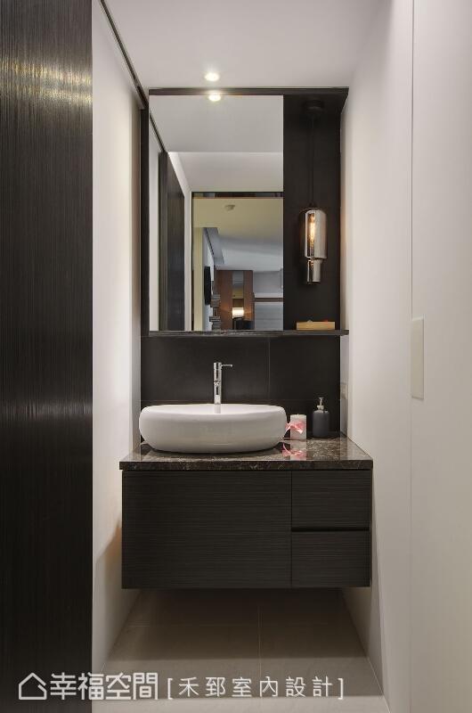 檢視屋主的實際需求後,構置一套獨立於衛浴外的洗手檯,讓梳洗與整理儀容時更便利。