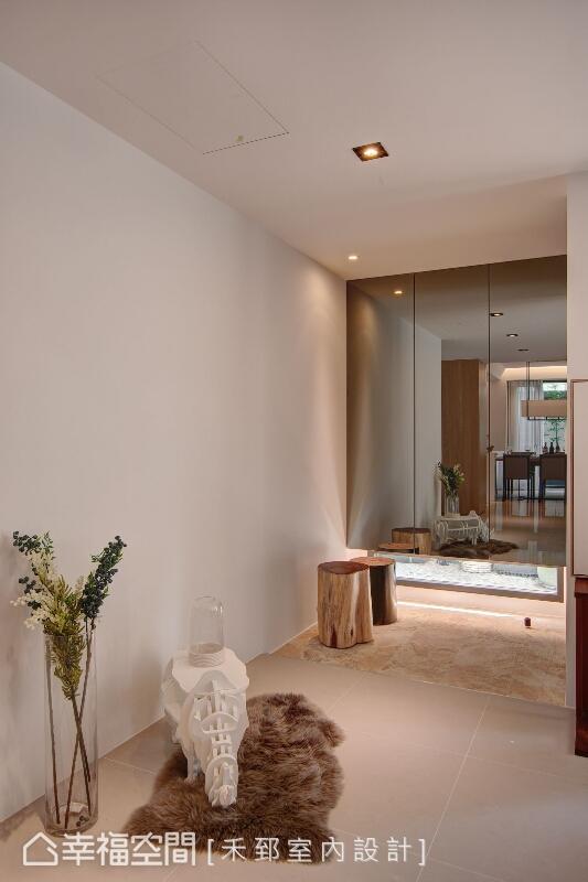設計師陳弘芫以鏡面式的櫃面放大空間景深,懸空的櫃體設置讓室內外可以對話,讓空間量體更加輕盈。