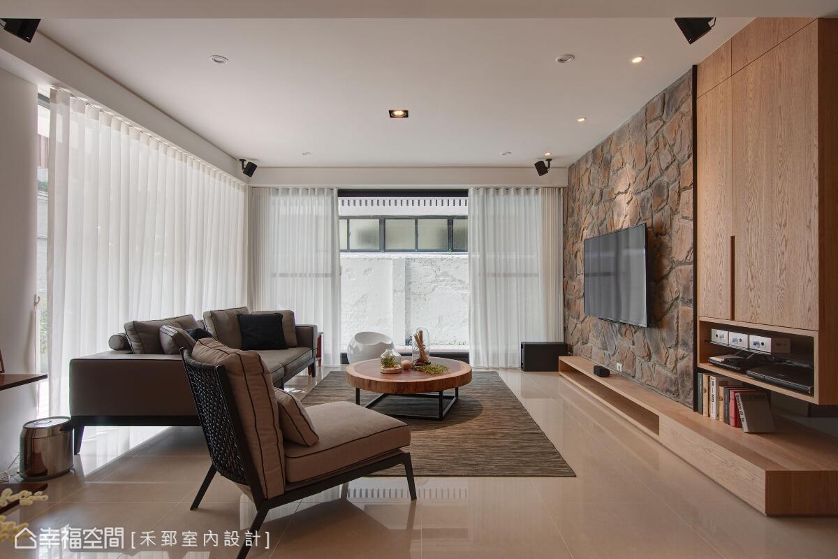 L形的雙面開窗,讓一樓客廳可以盈滿窗外的光線,營造明亮且敞朗的開放空間。