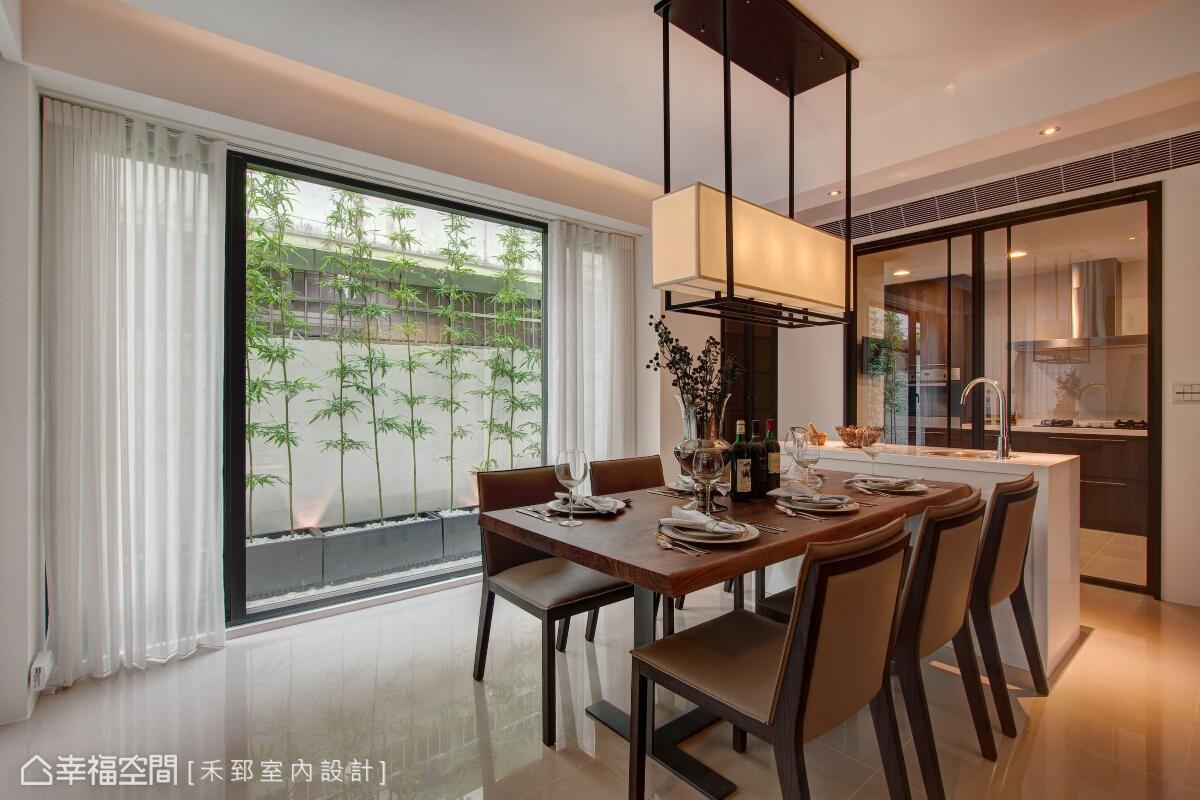 餐廳場域以玻璃拉門來界分廚房空間,除了保持視覺軸線的通透性,也能有效阻隔油煙。