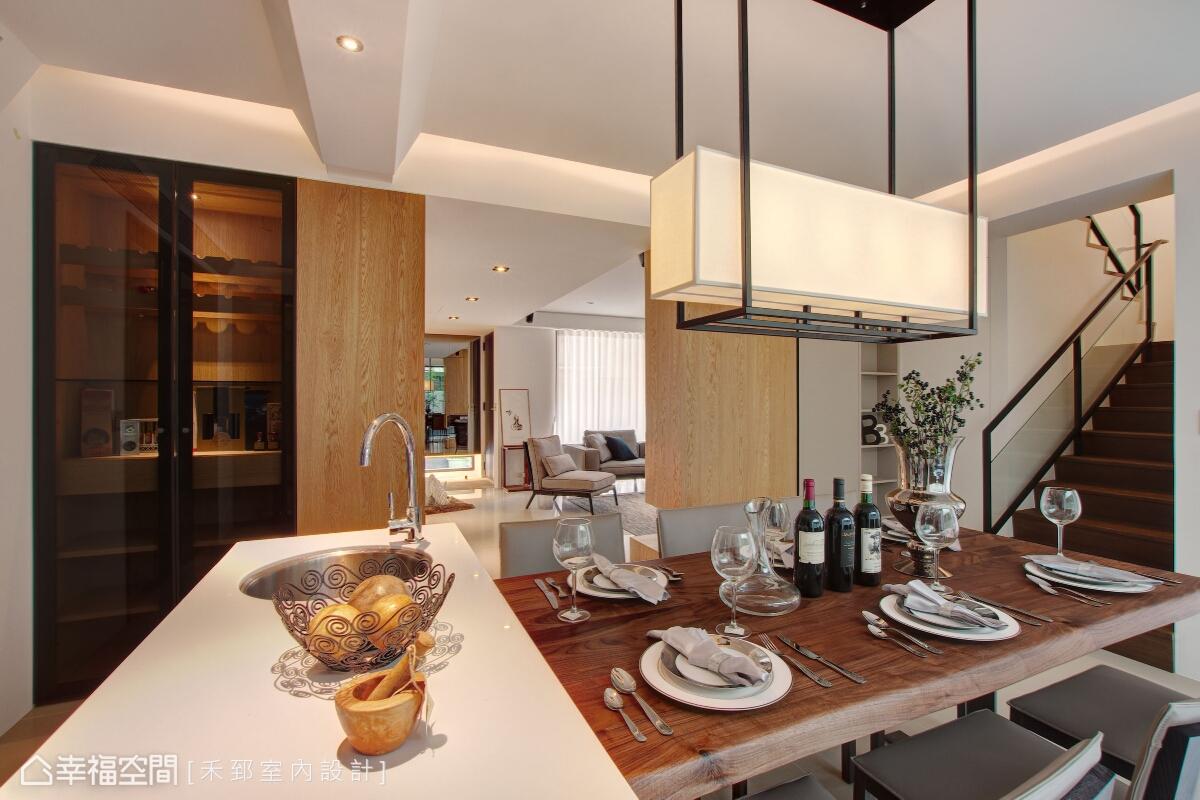 具備流理臺功能的中島,可以提供用餐的賓客簡易清理;側邊則設置一道酒櫃,也同時兼具展示功能。
