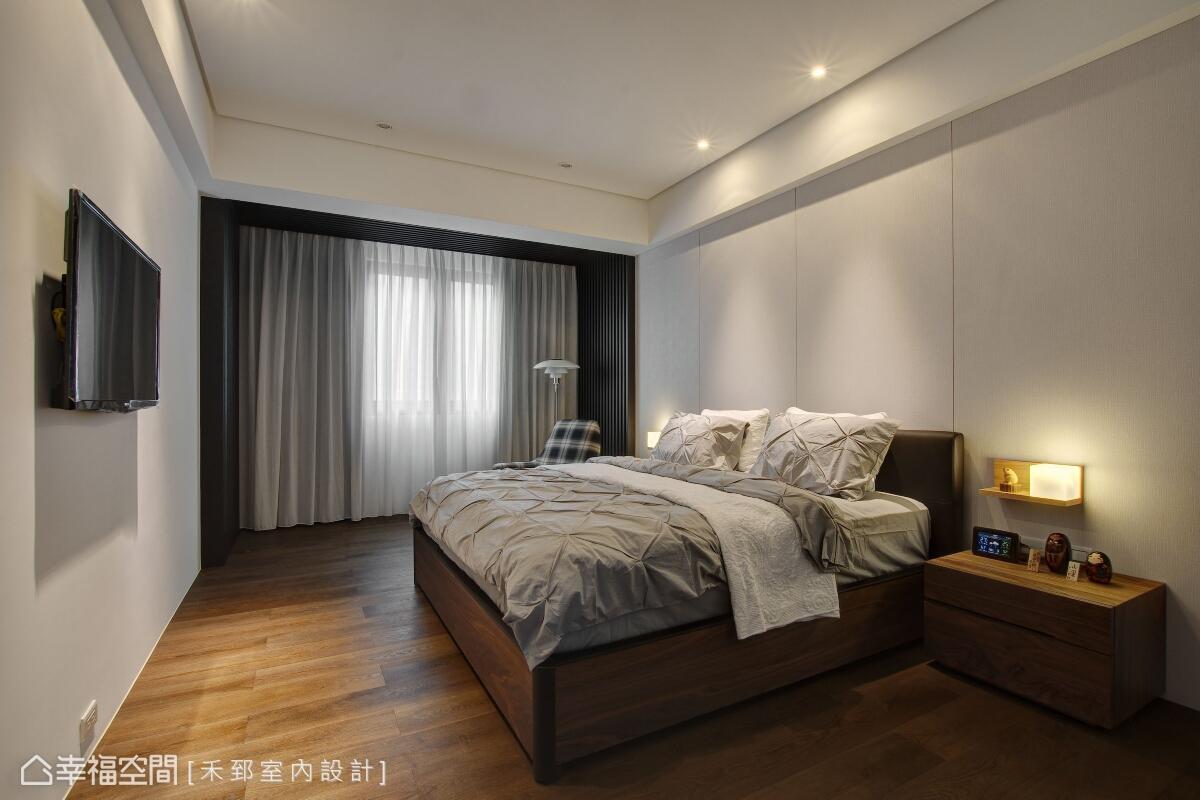 主臥空間,以俐落的主牆設計鋪述簡約主題,並以溝縫作線性切割來妝點。