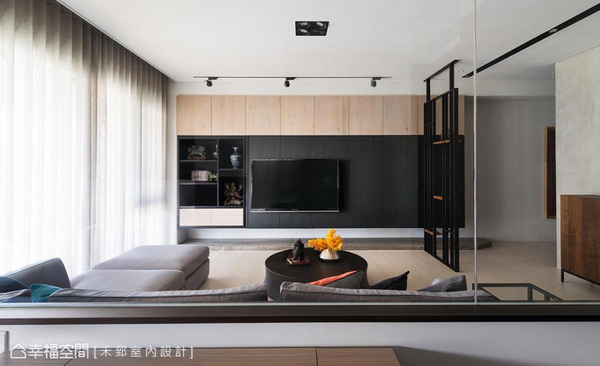 利用原木色與黑白語彙構築日式建築的靜謐感受,並適度添入清水膜介質,使場域氛圍多了一份質樸自然味。