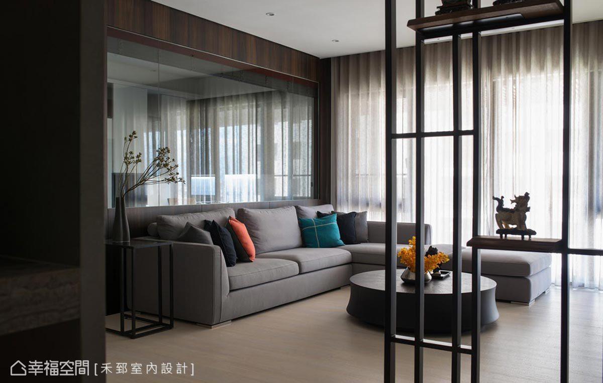玄關屏風結合木板與鐵件打造鏤空式端景檯,使空間更為通透敞朗,也讓日光得以貫穿照映。