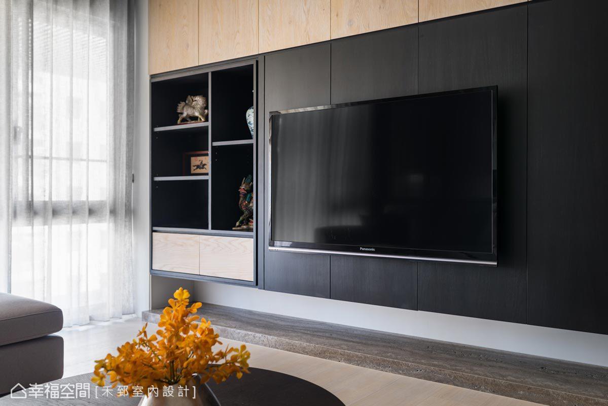 電視牆左側結合展示空間,讓珍藏成為居家陳設的一員,木色與黑色的相互搭襯,營造悠閒沉靜氣韻。