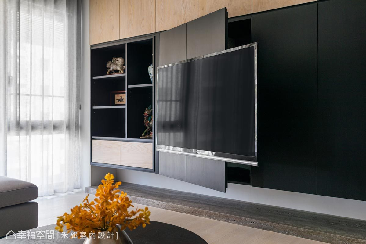 除了展示空間外,主牆後方更蘊藏許多收納機能,以滿足居家儲物需求,維持清爽的立面。