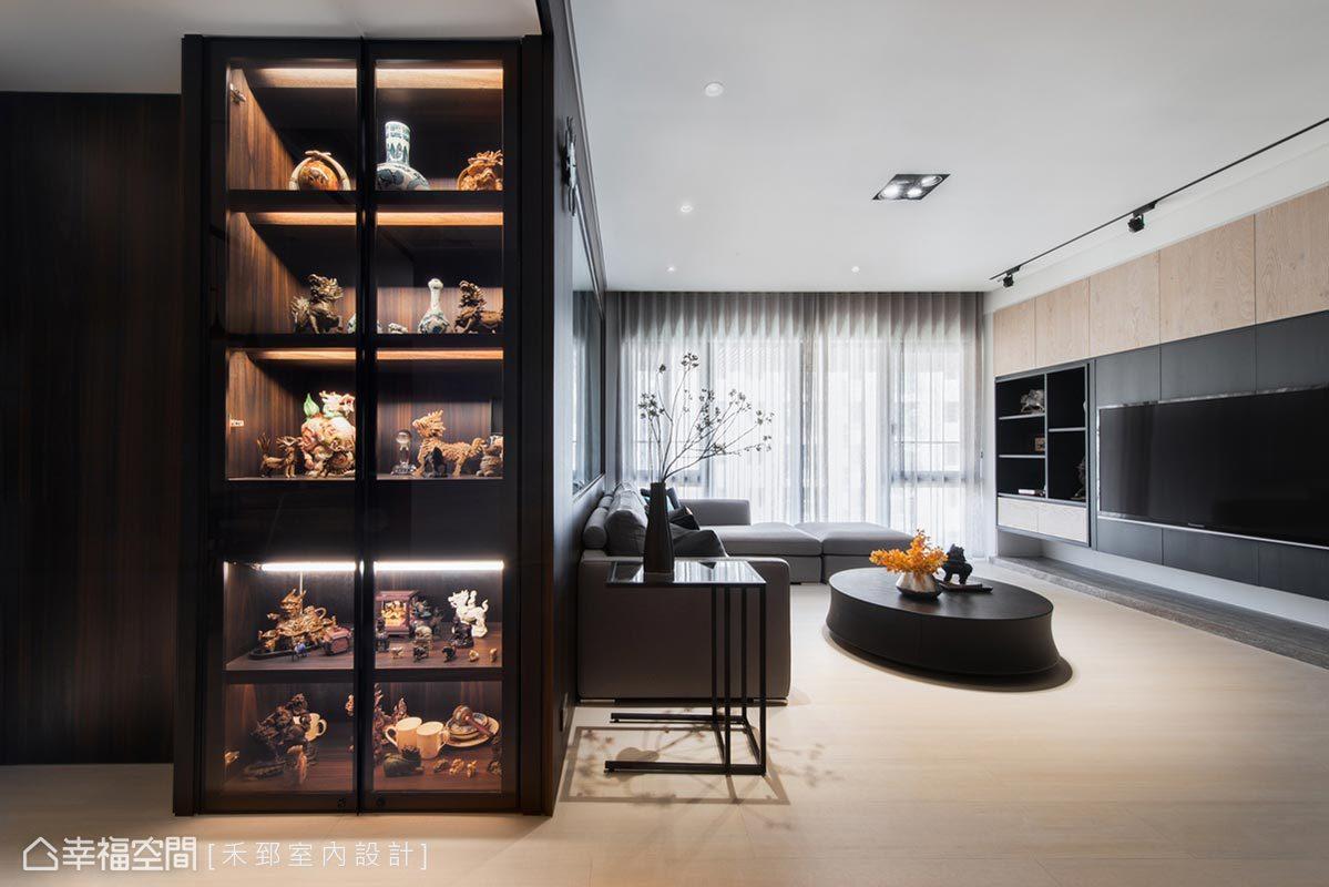 善用過道空間,將樑下規劃成展示收藏品的小天地,佐以燈光完美提升物件的精緻質感。