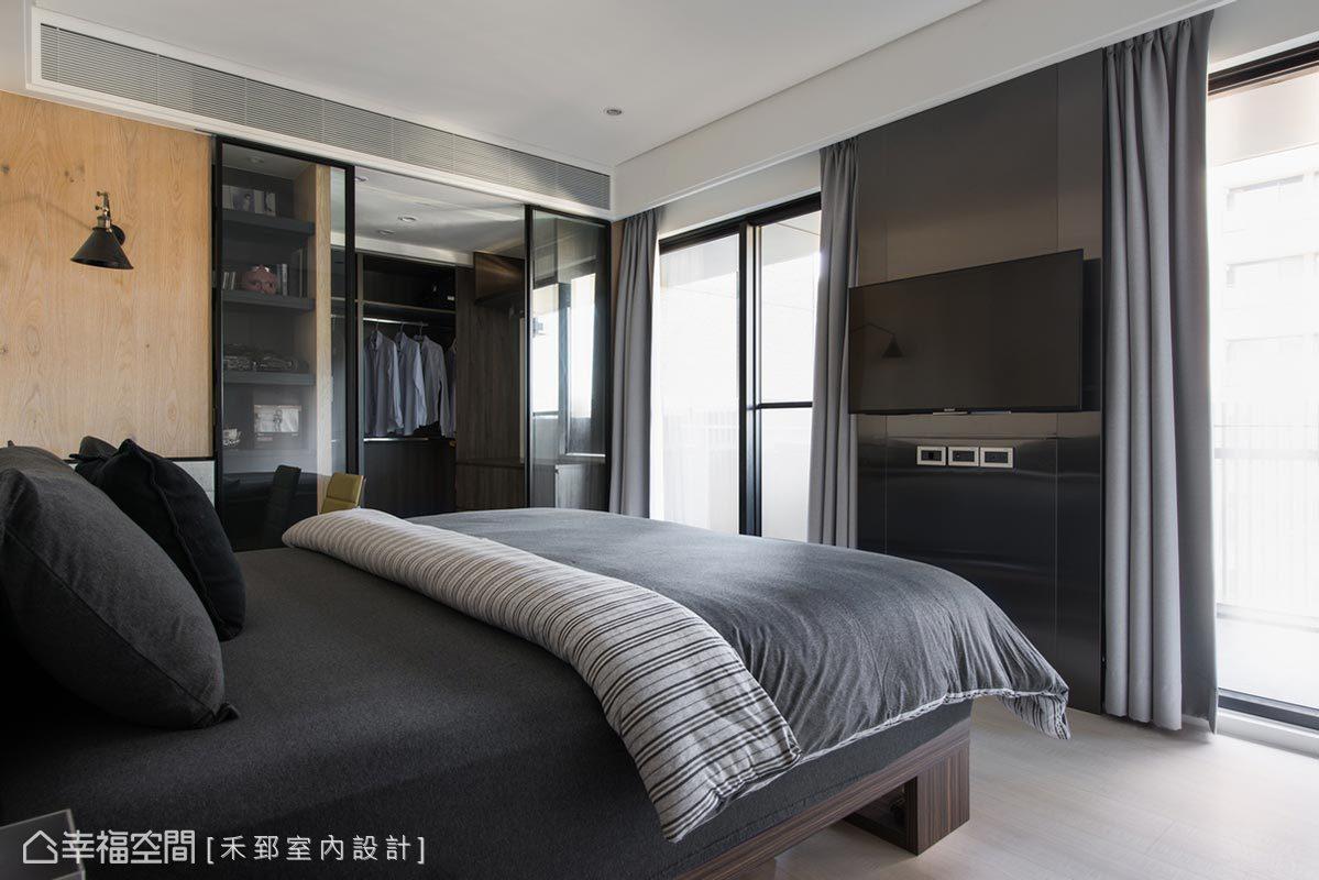 捨去實體隔間,更衣室以清玻拉門界定場域,結合面窗的絕美景緻,也順勢將自然光引入臥房空間。