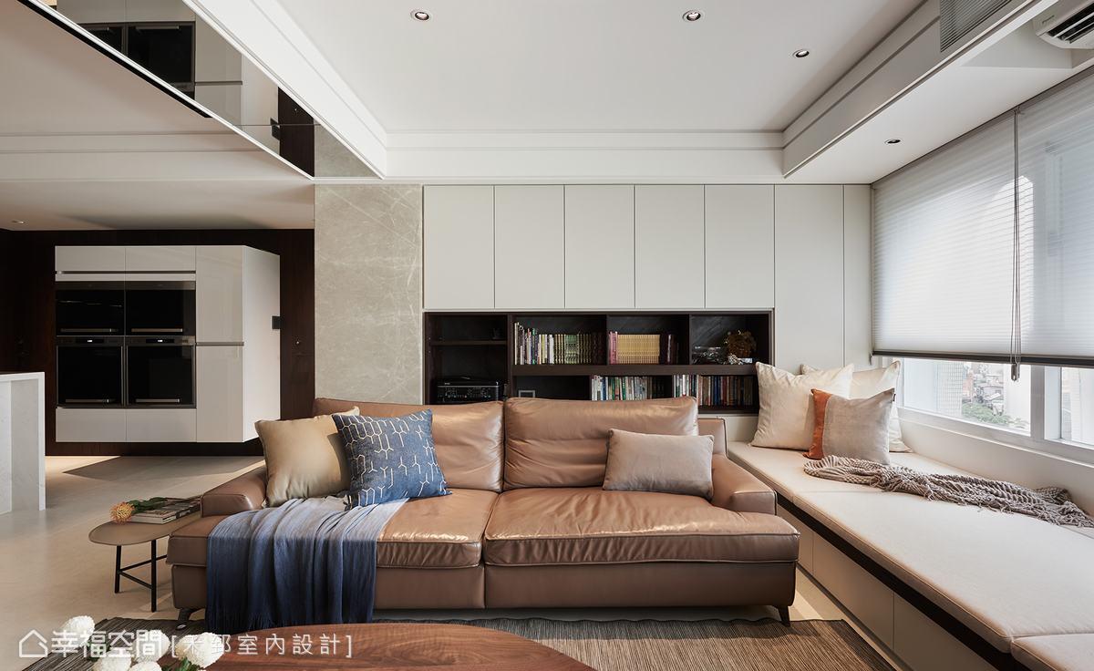 沙發後方規劃一大面書牆,虛實穿插變化出多種收納形式,加入淺灰色大理石材點綴注入古典氣息,消弭樑柱之間形成的畸零空間。