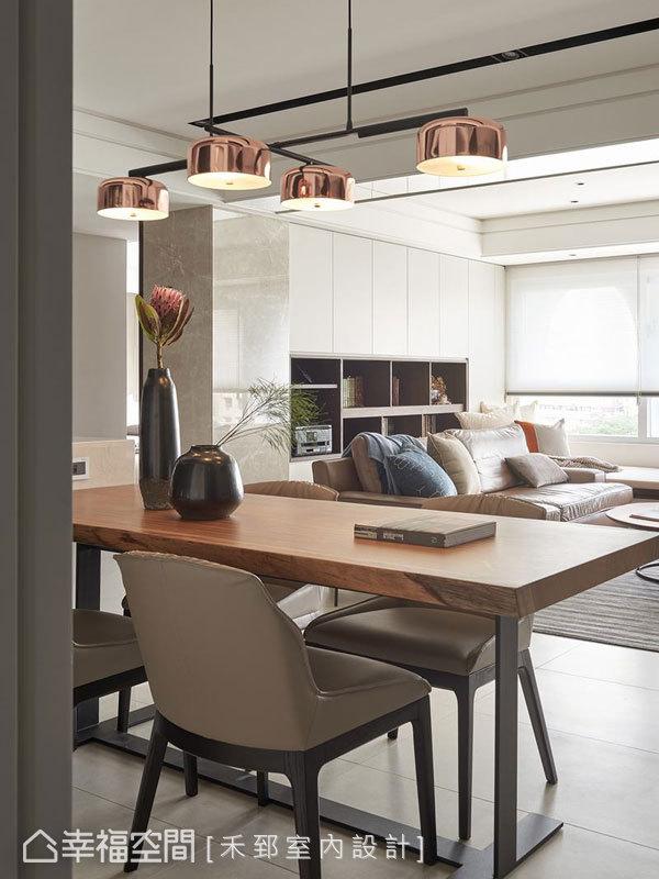 餐桌上方香檳金吊燈擁有多元排列方式,十字轉向造型就像路牌指標具動線引領的作用,呈現空間四通八達的動線路徑。