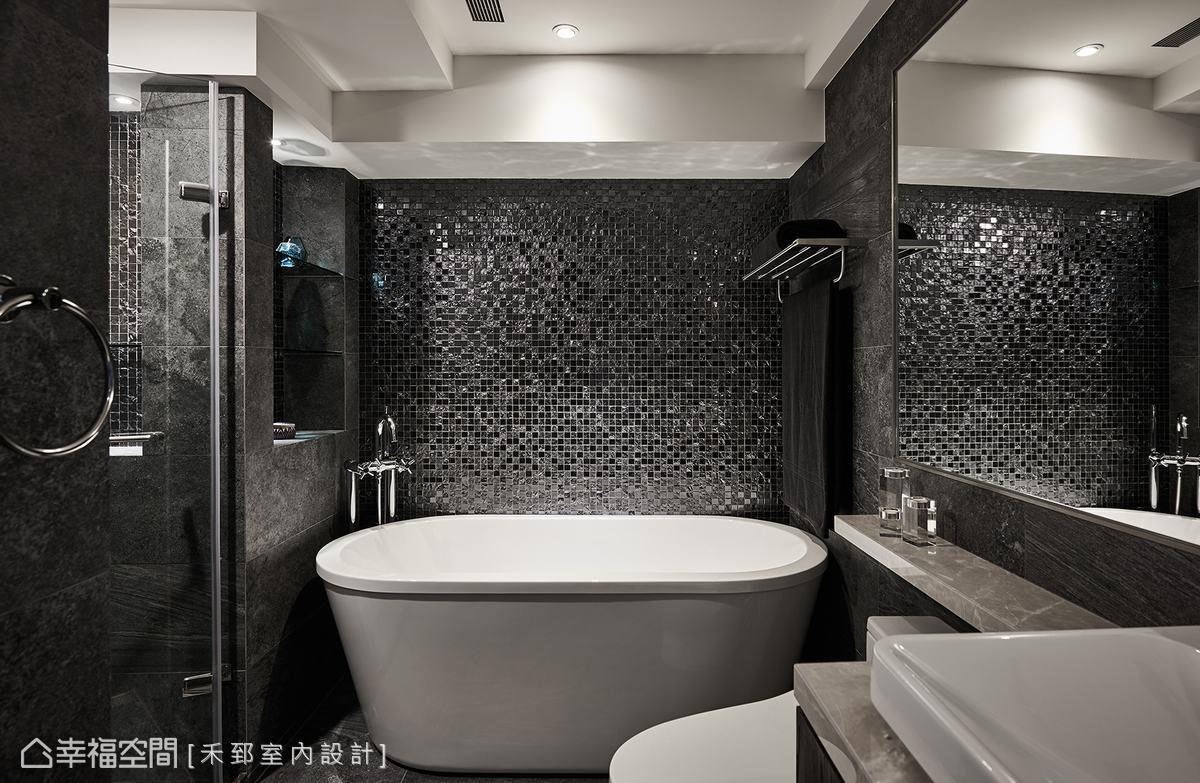 主衛大量運用板岩呈現出自然紋理,搭配馬賽克磚讓視覺更搶眼,營造出精品飯店內頂級的沐浴氛圍和質感。