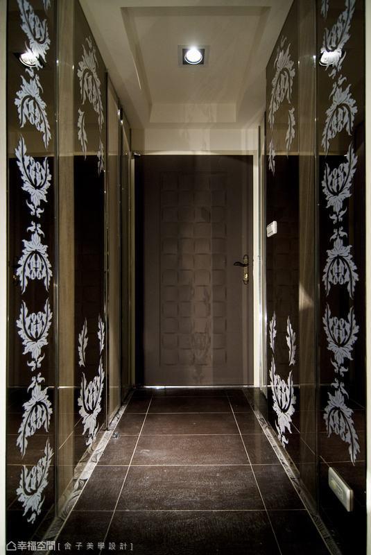 設計師以卡典西德圖騰貼在鏡面上,黑鏡互相反射出低調光譜,將收納櫃體藏入神秘圖騰中,時尚氛圍油然而生。