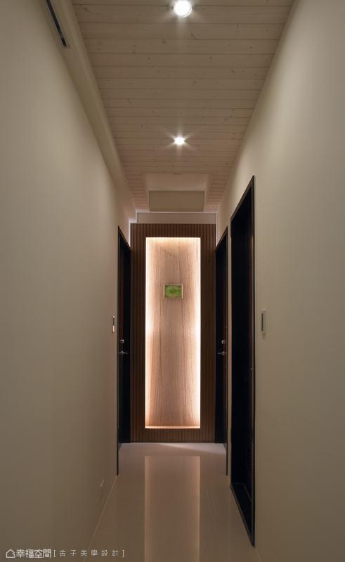 將琉璃置於端景以燈光打亮,展現藝廊般深邃美感。