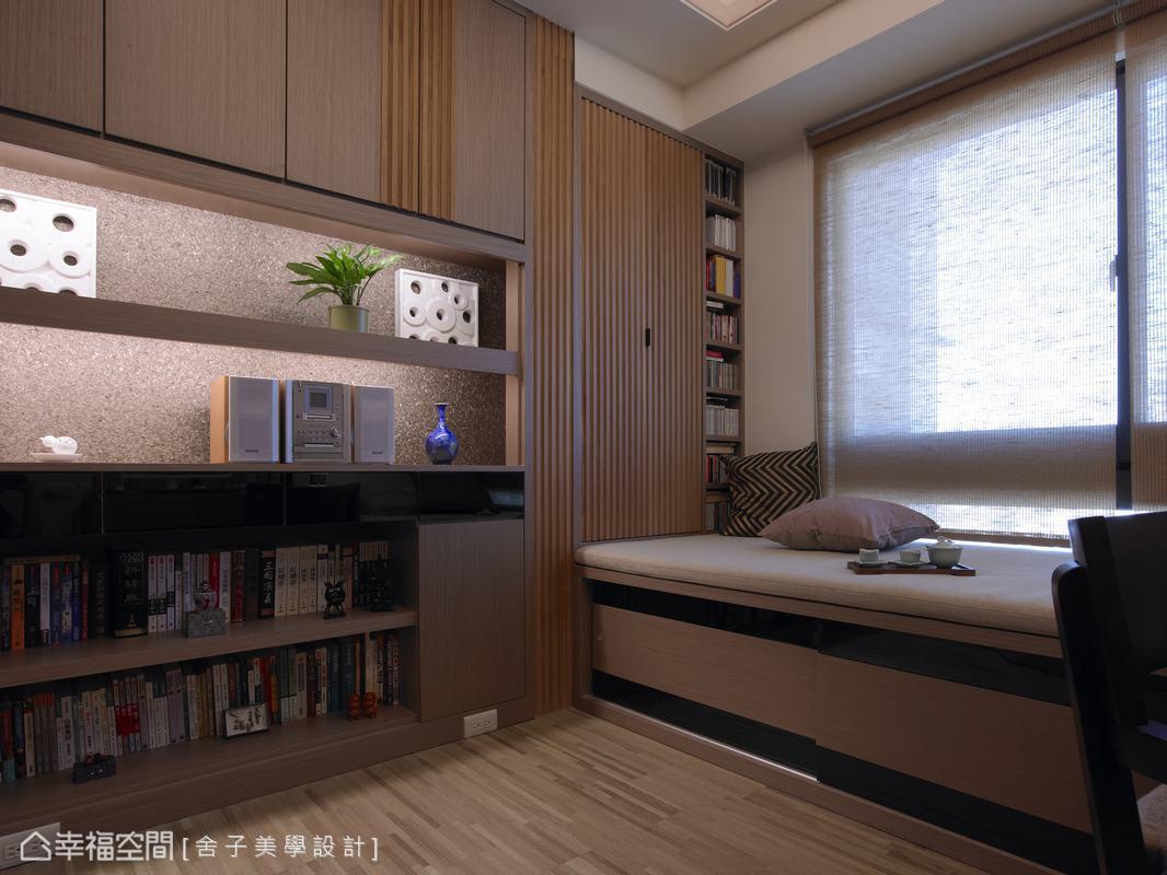 打掉原有牆面以書櫃作為客廳與書房隔間,並且書房空間擴大了一些,省下的空間容納更多藏書。