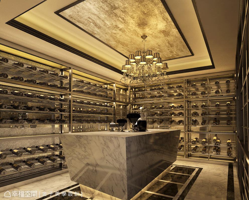 井然有序的紅酒展示層板,使整個空間靈動活躍,吧台區更以大理石檯面鋪述場域的奢華質感。