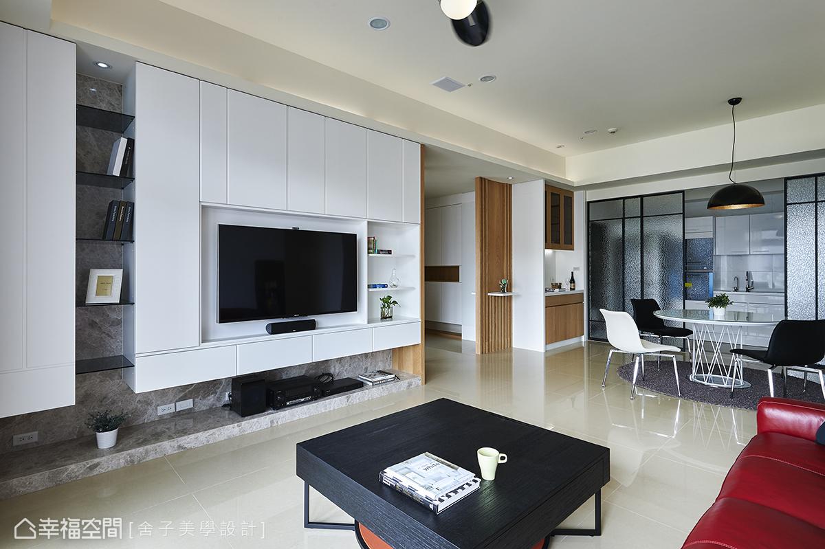 設計師詹秉縈以虛實對應的收納手法,用櫃面與玻璃層板的方式,演繹電視牆面的機能性與設計美感。