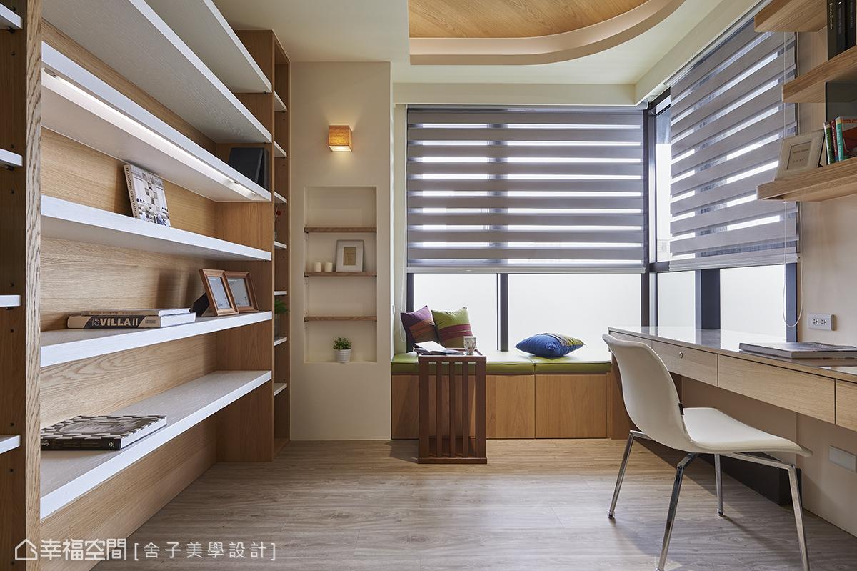 L形開窗的書房空間,擁有豐沛的日照與遠眺山巒的絕佳位置,而由橡木所構組的立面及天花板,則增添場域內的溫度。