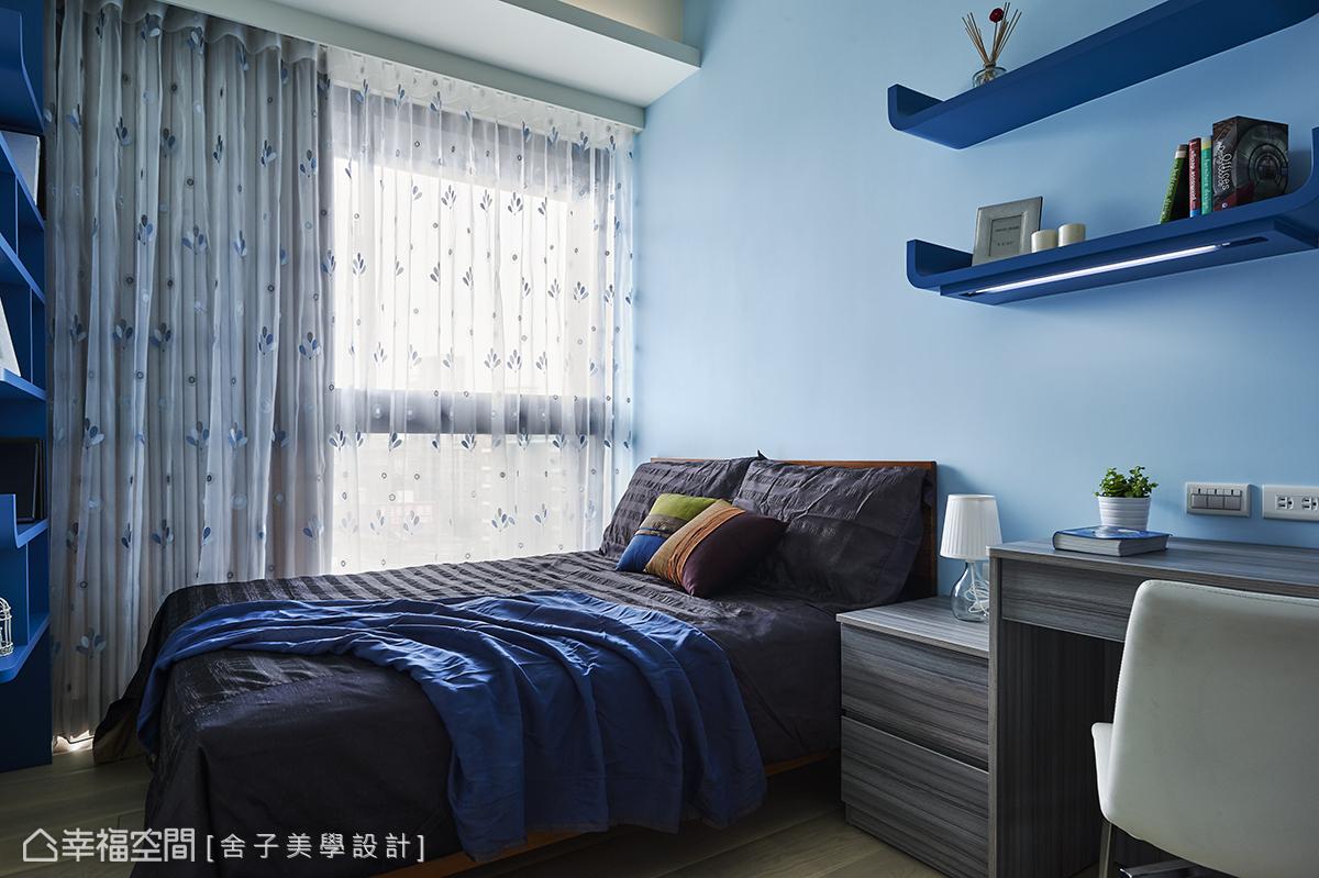舍子美學設計以豐富且鮮明的色調,來形塑每間小孩房的主題,以天空藍的壁面揮灑青春洋溢的活力。