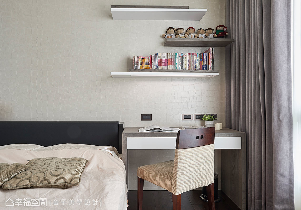 採用簡潔線條搭配淺色調性,打造臥眠空間的清爽舒適,此外,量身打造的書桌與展示層板,則滿足使用上的機能。