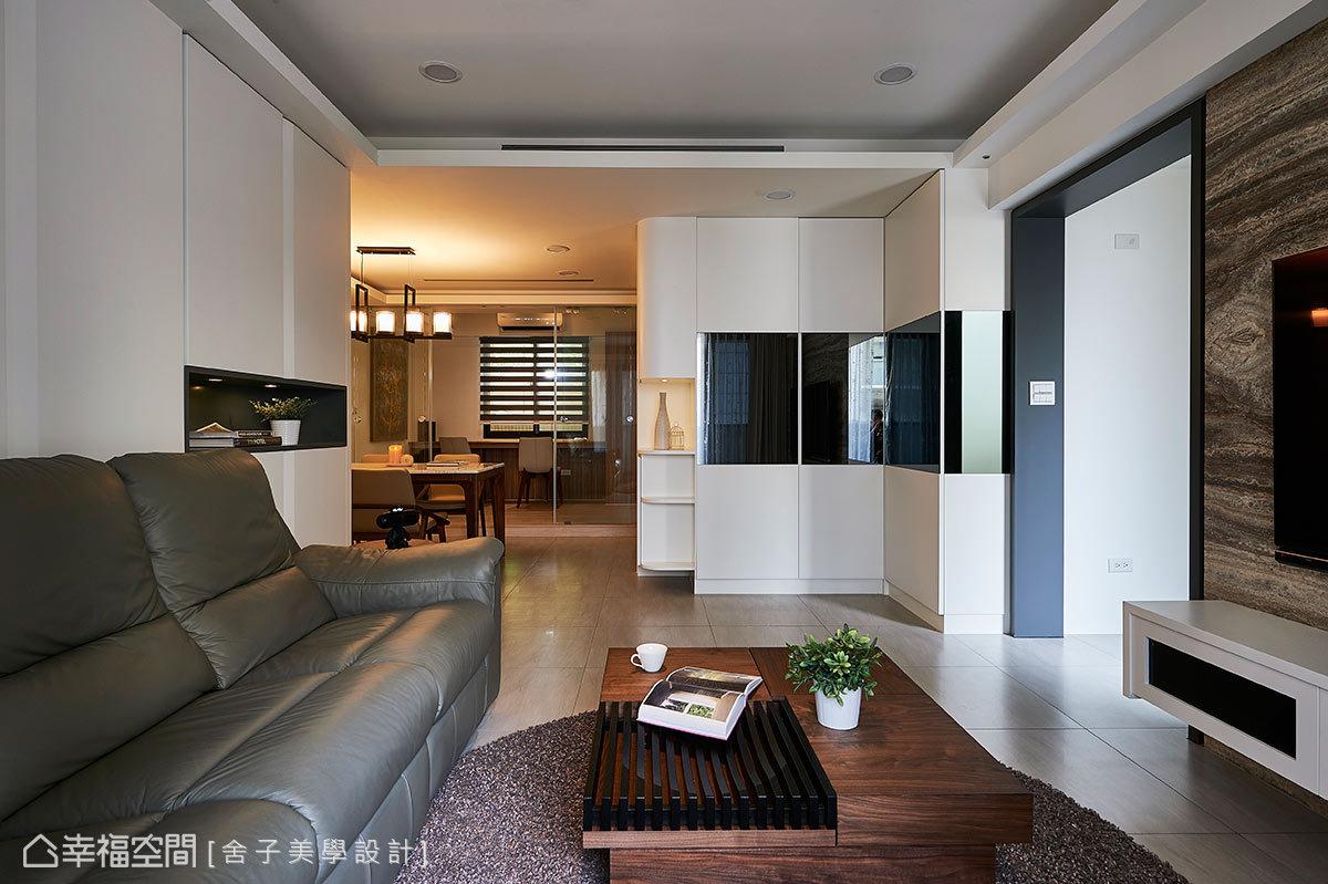 以白色為空間基底,大地色系的質材點綴其中,隨著光源的安排,營造出簡約且自然的室內風景。