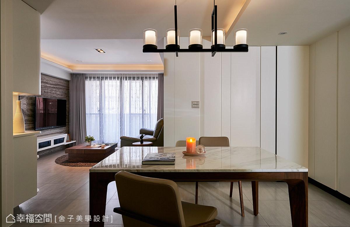 實木搭配石材的餐桌風格,傳遞剛柔並濟的混搭手法,後方壁面則以溝縫為造型,描繪出視覺層次。