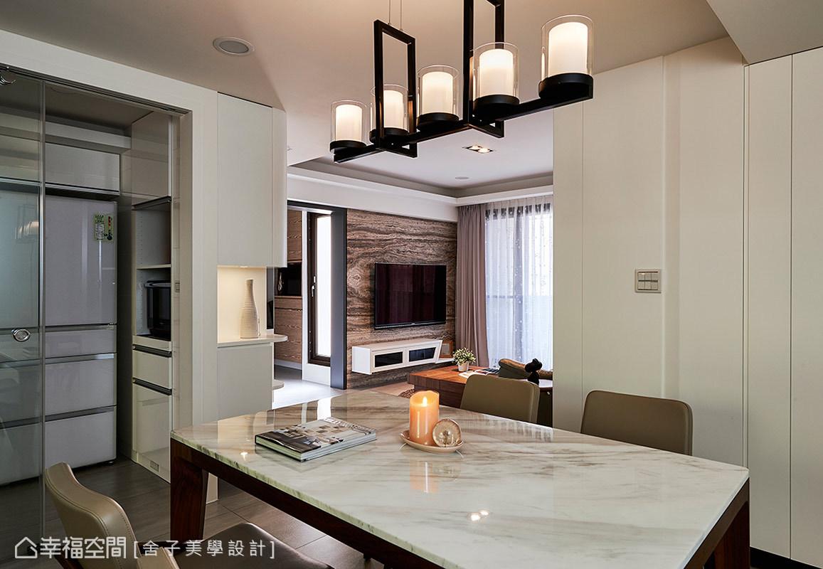 客、餐廳採開放式格局為規劃,餐廳與廚房間則藉由玻璃拉門當作隔間,讓空間更顯愜意與自在。